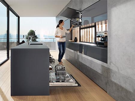 Felnyitott AVENTOS HK top ajtó a konyhában